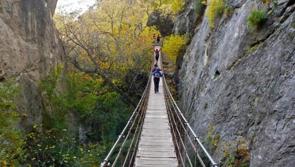 puente tibetano en los cahorros de monachil